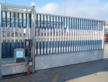 puerta metlica corredera compuesta por una o ms hojas todas nuestras puertas correderas combinan con puertas peatonales y vallados fabricados con el